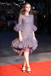Carey-Mulligan-ruffled-dress-street-stile-rochie-umeri-goi-blog-moda-fashion-Bacau-Adriana-Vieriu